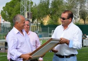 El presidente del Cabecense, a la derecha, durante un homenjae a un ex jugador del equipo sevillano