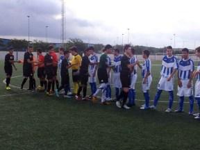 Los integrantes de ambos conjuntos se saludan antes de empezar el partido