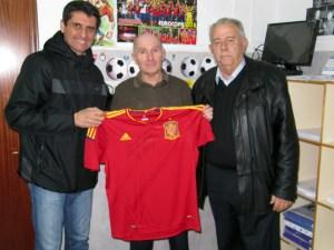 Miguel Díez, tras recibir la camiseta de 'La Roja' de manos de García Gaona y Oliveira