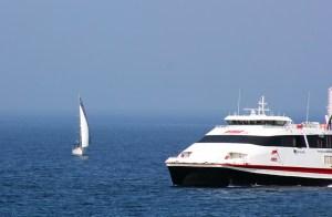 Uno de los barcos participantes, junto a uno de los fast ferrys que operan en la línea entre Ceuta y Algeciras