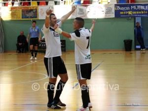 Sufian (izquierda) ha abierto la cuenta goleadora del Ceutí FS en La Palma del Condado