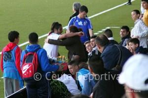 Villatoro celebra en la grada su primer gol esta temporada