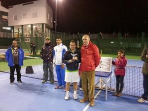 El nuevo presidente de la Federación de Tenis de Ceuta entregó el trofeo de campeón a José Fernández