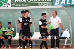 Carli, dirigiendo al Ciudad de Ceuta FS durante un partido de esta temporada