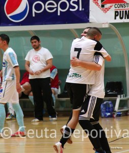 Ismael abraza a Sufian en la celebración de  tras uno de sus tres tantos