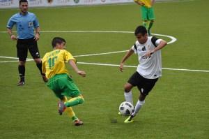 Deco conduce el balón ante Kisko en el partido de la primera vuelta