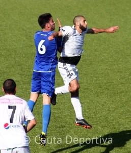 Perita, en pleno salto con un jugador del Alcalá