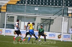 El Ceutí sumó tres puntos de oro en un partido marcado por la polémica actuación del colegiado