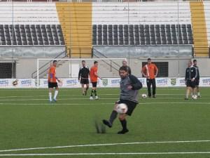 Nordine golpea el balón en el entrenamiento del Atlético de Ceuta en el Murube