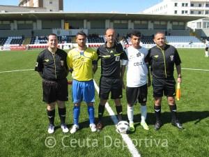 Abdelmumin Mehdi Mohamed junto a sus asistentes y los dos capitanes
