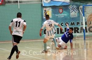 Nono Ramírez sale al paso de un jugador del CD Ategua en el último partido de los unionistas en casa