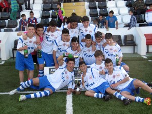 Los jugadores del Puerto Disa posan con la copa de campeones conquistada