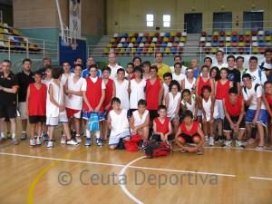 Grupo de jugadores y entrenadores a la conclusión de la sesión de tarde en el 'Guillermo Molina'