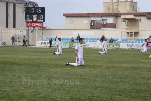 Los jugadores de la AD Ceuta arrodillados en señal de protesta al no cobrar sus salarios