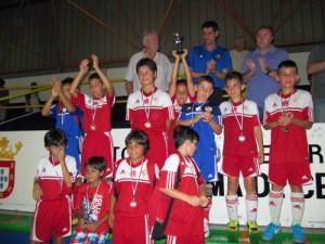 Los jugadores del Carmelitas, apesadumbrados tras los inicidentes, recogen el trofeo de subcampeón