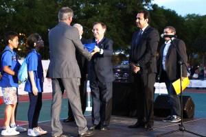 Momento en el que Juan Vivas entrega la bandera de los Juegos a Joe Hernández