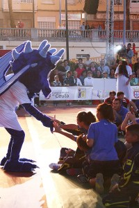 La mascota Draco, saludando a los niños