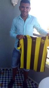 Jalid muestra la camiseta del conjunto marroquí que le ha fichado por tres temporadas