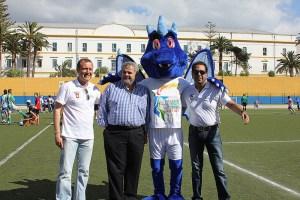 Luis Márquez Salinas, a la izquierda, junto a Manuel Coronado, la mascota Draco y Premi Mirchandani