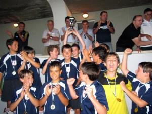 El San Agustín levanta el trofeo que le acredita como campeón de la Copa alevín