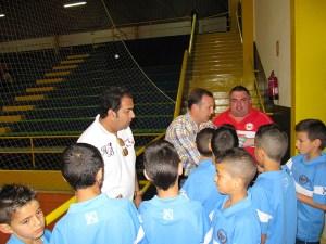 Márquez Salinas, en la imagen junto al consejero de Deportes Premi Mirchandani, anima a los niños a que hagan deporte en verano