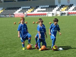 Los pequeños controlan el balón durante la sesión en el Alfonso Murube
