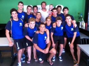 Los cadetes del CN Caballa, junto al waterpolista olímpico ceutí y capitán de la selección española, Guillermo Molina