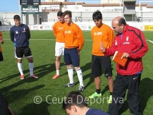 Fuad Harrus, con jugadores del Ceutí durante un entrenamiento