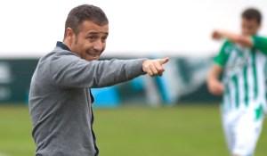 Óscar Cano sigue al frente del filial del Real Betis pese al descenso de categoría