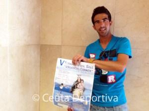 El organizador, Juande Cazorla, con el cartel del torneo
