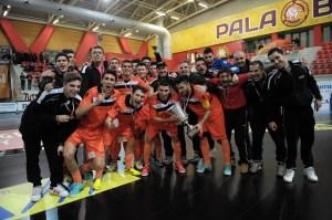 Tuli, agachado, el segundo por la izquierda, tras conquistar la Supercopa de Italia sub-21 con el Kaos