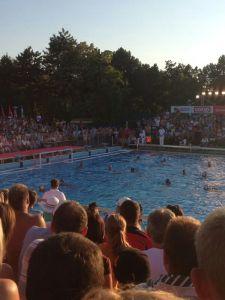 Aspecto de la piscina, abarrotada de público, en la que se jugó el España - Hungría