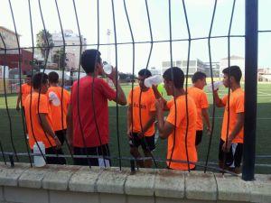 Los jugadores del Ceutí se hidratan en el entrenamiento en el Benoliel, donde el equipo de Juanma trabaja esta semana
