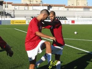 Bilal realiza estiramientos con Corrales en un entrenamiento
