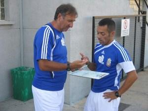 José Antonio Asián dialoga con Jorge Ávalos antes del entrenamiento en el Murube