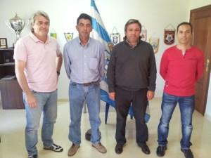 Juan Palma, el segundo por la izquierda, en las oficinas del Recreativo de Huelva