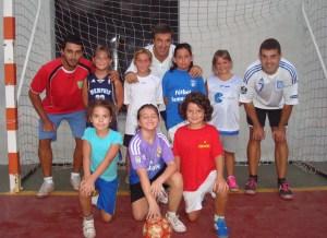 Pascual Ramos junto al grupo de niñas y los monitores