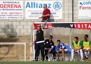 José Antonio Asián, dando instrucciones a sus jugadores en el partido de este sábado en Gerena