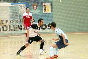 El unionista Mohamed conduce el balón ante un jugador del CD El Ejido FS, en el choque de la pasada campaña en el 'Guillermo Molina'