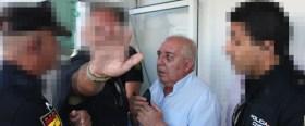 Pepe Gil, tratando de convencer a la Policía de que desalojara a Ceuta Deportiva de la cabina de prensa del Murube