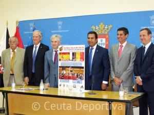 José Venancio López, con el cartel anunciador de los partidos, junto a representantes de la Ciudad y la FFC