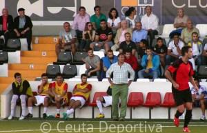 Asián, de pie delante de su banquillo, durante el partido de esta tarde en el Murube