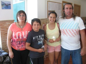 Diana y Marcelo, los organizadores del torneo, junto a dos jugadores del club Loma Margarita