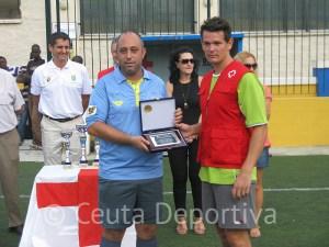 Abel Fernández entregó una placa de agradecimiento al colectivo arbitral