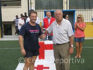 Uno de los integrantes de Bomberos recibió el trofeo como cuarto clasificado