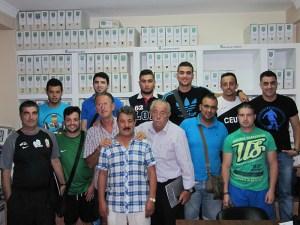 Los representantes de los distintos equipos de Regional posan con Frugi y Oliveira al final de la reunión. Foto: FFC