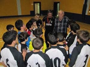 El vicepresidente de la FFC, José María Oliveira, conversa con los jugadores convocados