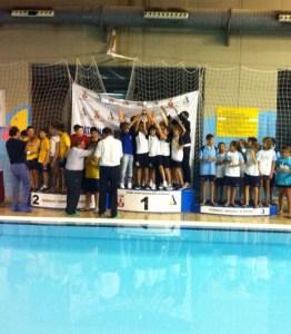 Los alevines del Caballa, alzando el trofeo de campeones en lo más alto del podio