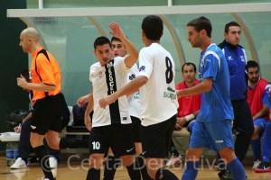 Salvi, que hoy sí ha podido jugar, celebra con We Casas uno de sus goles