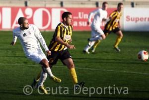 El Ceuta dio la cara en el campo del líder donde empató con un gol de Perita